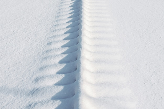 Binari ferroviari per treni coperti di neve.