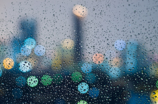 Goccia di pioggia sulla finestra di vetro nella stagione dei monsoni.
