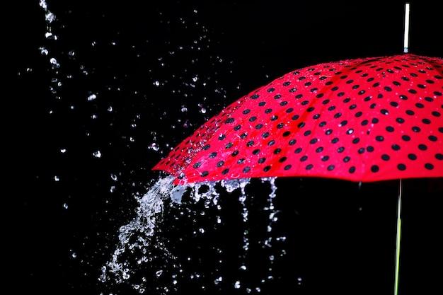 Ombrello goccia di pioggia isolato