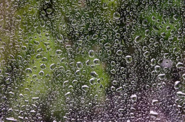 Goccia di pioggia sul parabrezza durante la pioggia
