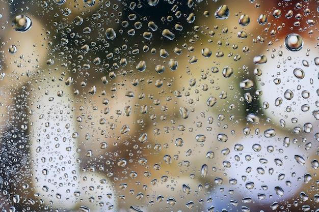 Gocce di pioggia su vetro con un bellissimo sfondo