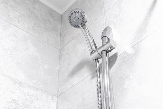 Doccia a pioggia in bagno moderno, foto di interni moderni di design di appartamenti in foto di colori bianchi brillanti