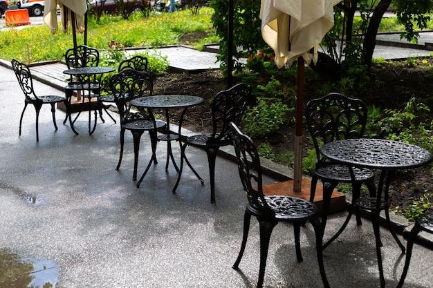 Pioggia sulla terrazza estiva