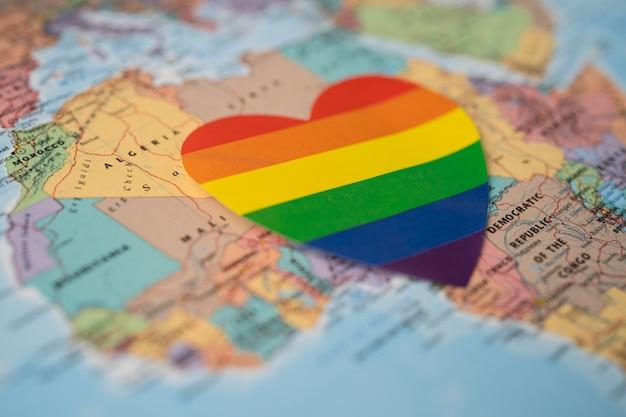 Cuore di colore arcobaleno sulla mappa del mondo dell'africa.