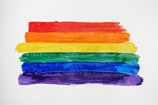Strisce di colore arcobaleno simbolo dell'orgoglio gay lgbtq, vista dall'alto, tratti disegnati bandiera lgbt su sfondo bianco, concetto