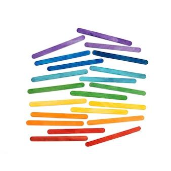 Bastoncini di gelato in legno color arcobaleno su bianco. astratto colorato
