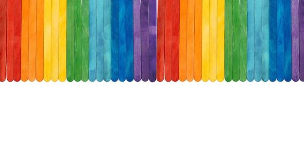 Bastoncini di gelato in legno color arcobaleno su bianco