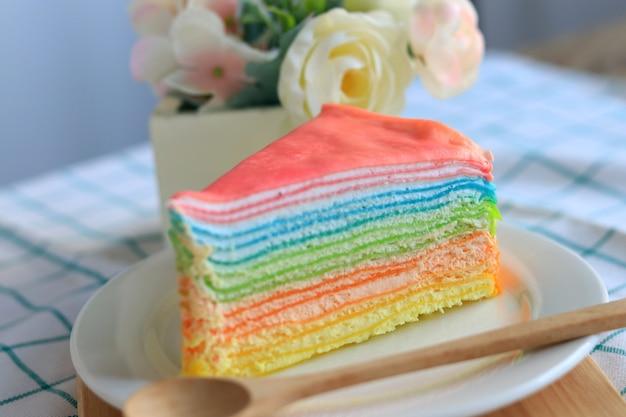 Torta di crepe arcobaleno