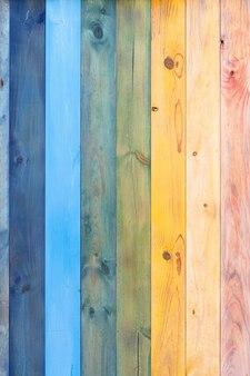 Priorità bassa di legno della plancia dipinta arcobaleno estate e concetto lgtbb