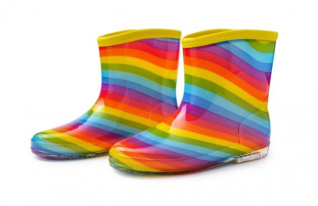 Stivali di gomma dell'arcobaleno isolati su fondo di whiteâ con il percorso di ritaglio.