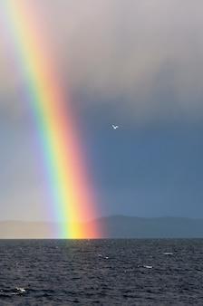 Un arcobaleno sul paesaggio marino