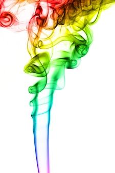 Fumo arcobaleno su sfondo bianco. il fumo va dal basso verso l'alto. spirali di fumo più vicine alla parte superiore della foto