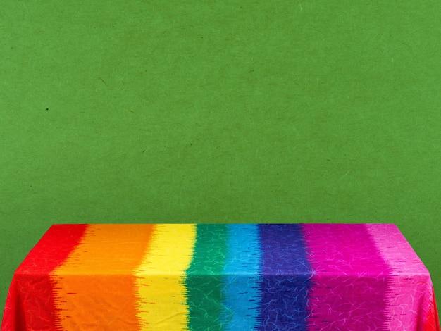 Tovaglia arcobaleno su sfondo verde