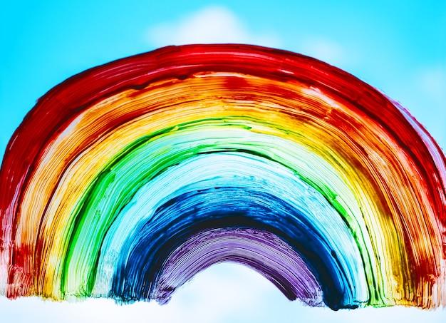 Arcobaleno sulla finestra l'arcobaleno dipinto con colori su vetro è un simbolo per molti significati