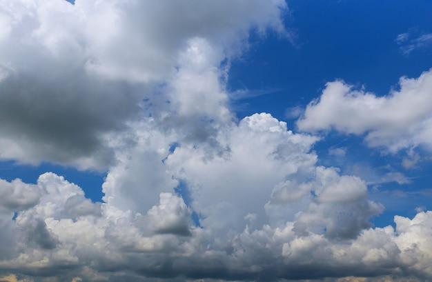 Rainclouds e soffici nuvole bianche sul cielo blu. sullo sfondo della natura.