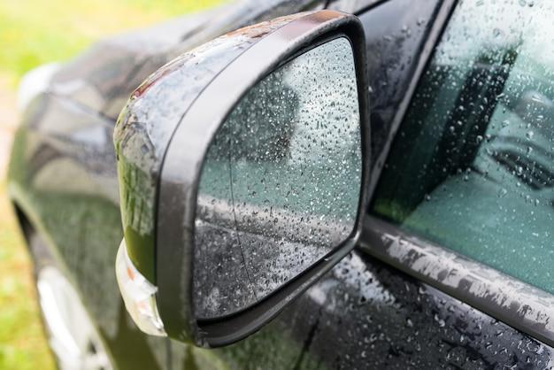 Gocce di pioggia nello specchietto laterale di un'auto