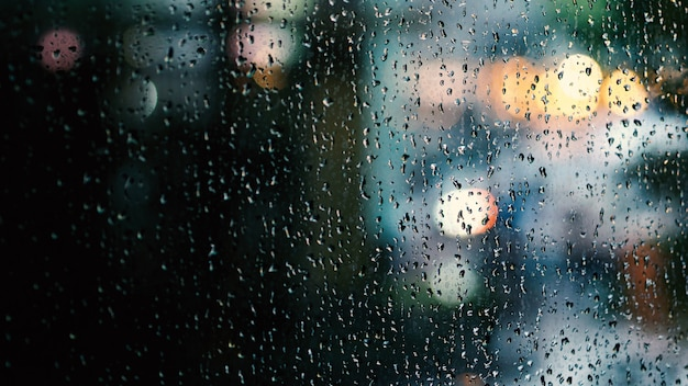 Gocce di pioggia in esecuzione su una finestra