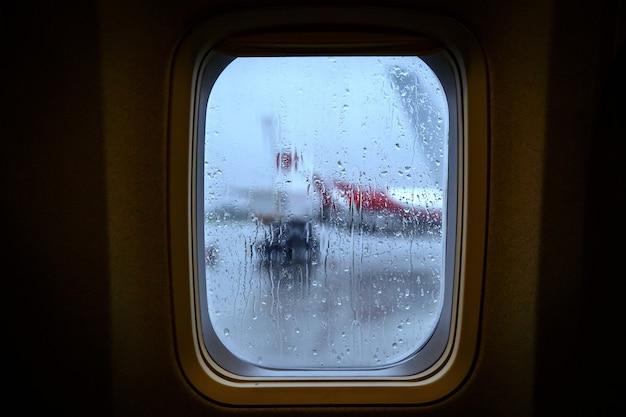 Gocce di pioggia sul vetro del finestrino di un aeroplano