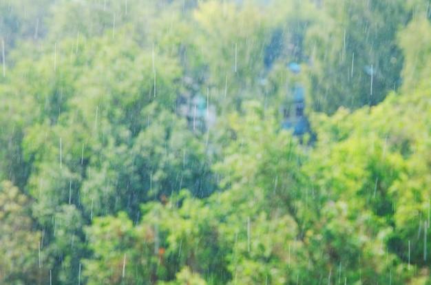 Fondo del bokeh delle gocce d'acqua del tempo di pioggia