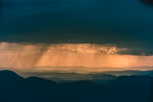 La nuvola piovosa sopra il bellissimo paesaggio montano