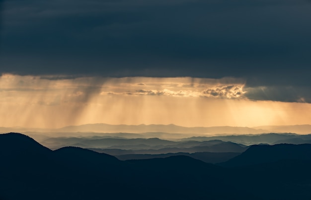 Le nuvole piovose sopra il bellissimo paesaggio montano