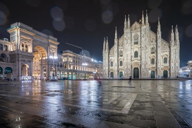 Giornata di pioggia con vista sul duomo di milano, italia.