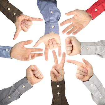 Mani alzate di uomini diversi su bianco