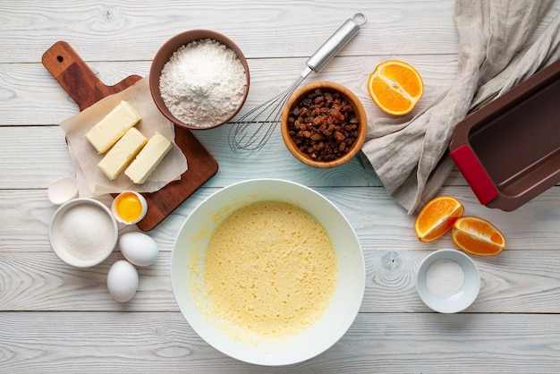 Torta di uvetta processo di fabbricazione con ingredienti, laici piatta