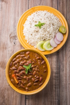 Rajma o razma è un popolare cibo dell'india settentrionale, composto da fagioli rossi cotti in un sugo denso con spezie. servito in una ciotola con riso jeera e insalata verde