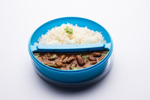 Riso rajmah o razma chawal in tiffin o scatola per il pranzo, messa a fuoco selettiva