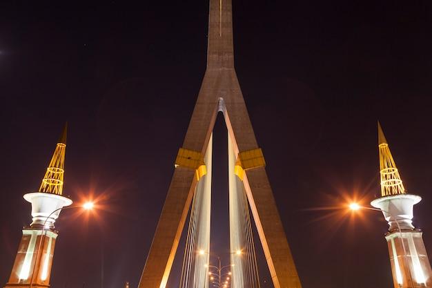 Rama viii ponte di notte