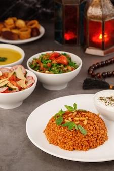 Cena in famiglia araba del ramadan cibo arabo tradizionale vista del primo piano eid mubarak tavolo con piatti di condivisione cibo decorazione del ramadan cucina libanese antipasti hummus baklava date popolo musulmano