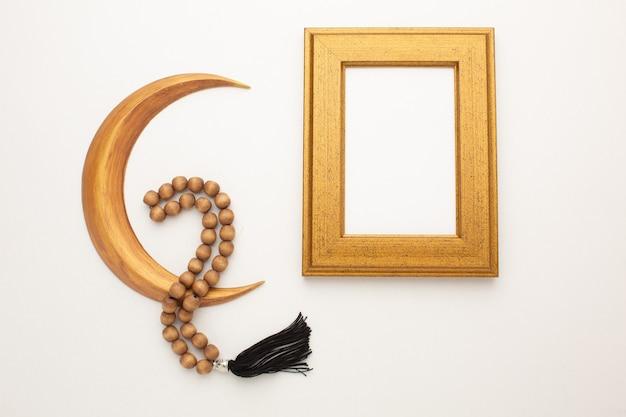 Concetto di ramadan. mese d'oro, rosario e cornice per il tuo testo. foto di alta qualità