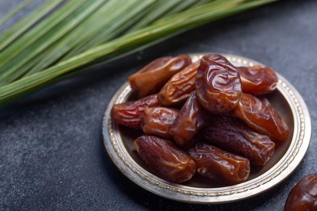 Le date del ramadan sono cibo tradizionale per iftar nel mondo islamico