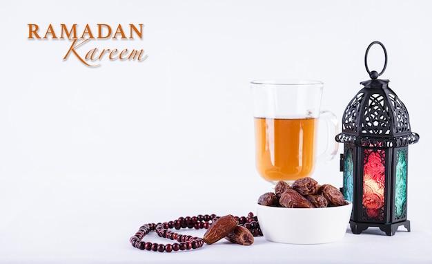 Concetto di cibo e bevande del ramadan tè del rosario di legno della lampada araba del ramadan e frutta delle date