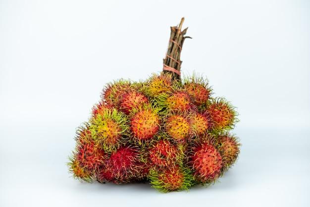 La foto della frutta rambutan sul bianco