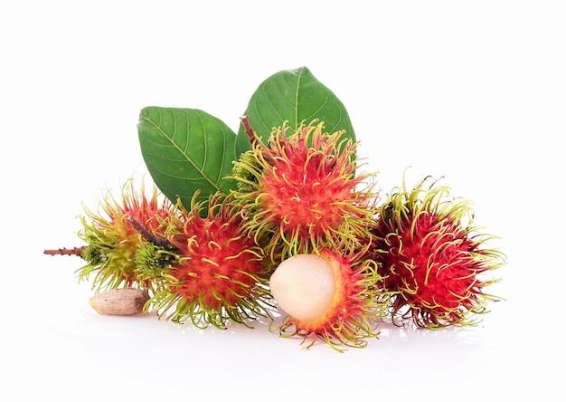 Rambutan e foglie isolate su sfondo bianco