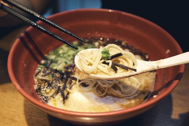 Il cibo nazionale ramen del giappone è simile agli spaghetti che tutti conoscono.