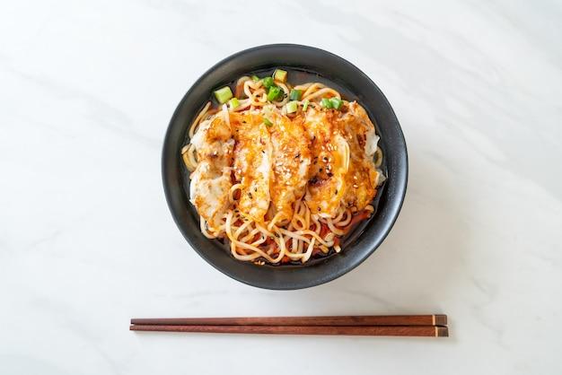 Tagliatelle ramen con gyoza o gnocchi di maiale - stile di cibo asiatico