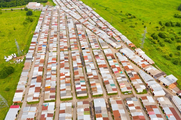 Baracche fatiscenti in una zona povera ripresa dall'alto da un drone