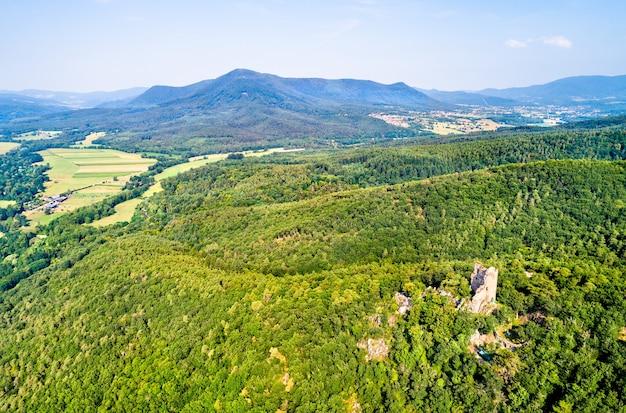 Il castello di ramstein nelle montagne dei vosgi, nel dipartimento del basso reno della francia