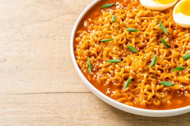 Ramyeon o spaghetti istantanei coreani con uovo - stile alimentare coreano