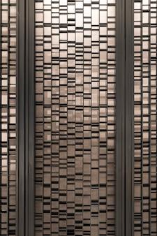 L'acciaio e il palo delle stecche casuali sono posizionati davanti alla carta da parati dell'hotel per lo sfondo e lo sfondo.