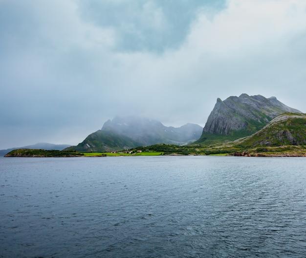 Vista nuvolosa di estate del fiordo di ranfjorden dal traghetto