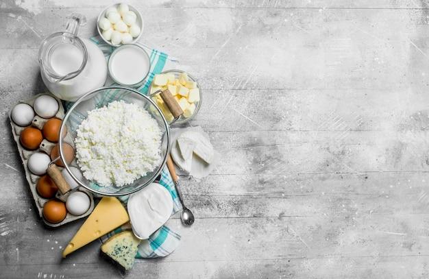 La gamma di diversi tipi di prodotti lattiero-caseari. su un tavolo rustico.