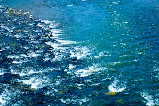 Fiume veloce con pietre. sfondo naturale dall'acqua