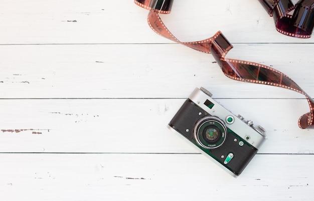 Una rara macchina fotografica e pellicola su una superficie bianca.