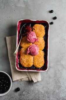 Crostata di lamponi e ribes nero con gelato al lampone in teglia. torte di frutta fatte in casa. sfondo grigio vintage. vista dall'alto.