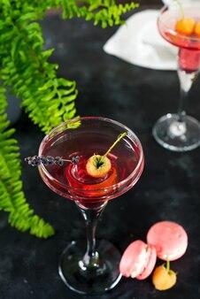 Cocktail di lamponi con lavanda e ghiaccio sulla superficie della pietra