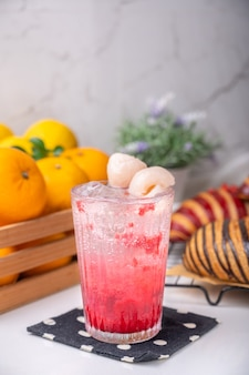 Soda italiana al lampone lychee pronta da servire per un uso rinfrescante per caffè decorato